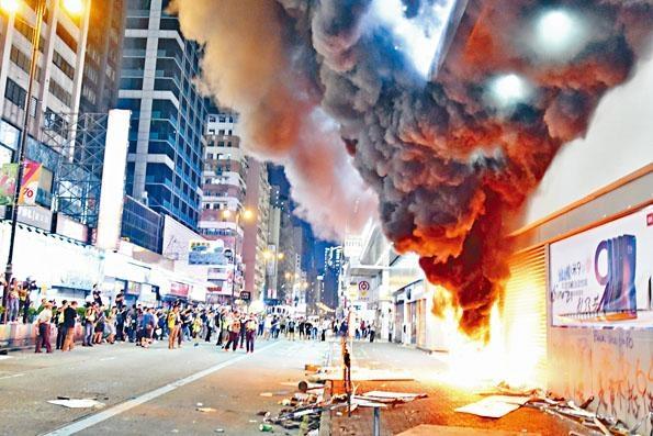 示威者再次到旺角的小米專門店縱火,濃煙沖天。