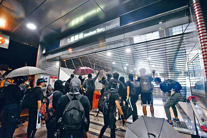 示威者連日來不斷砸毀港鐵。