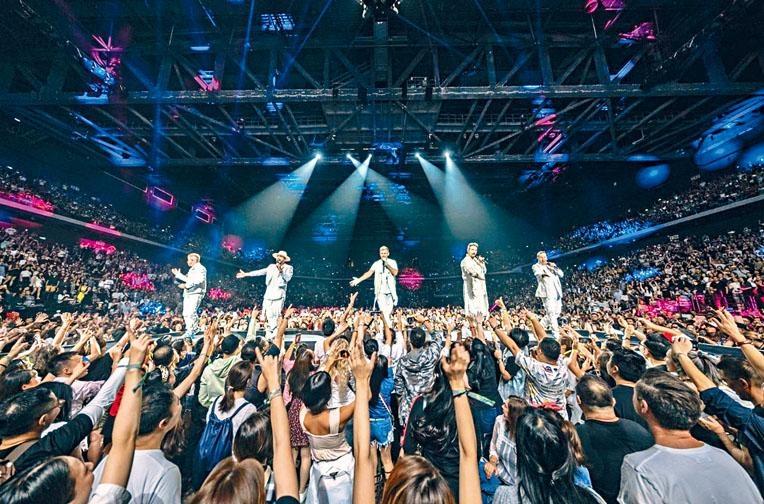 BSB獻唱經典歌,令台下粉絲興奮得手舞足蹈起來。