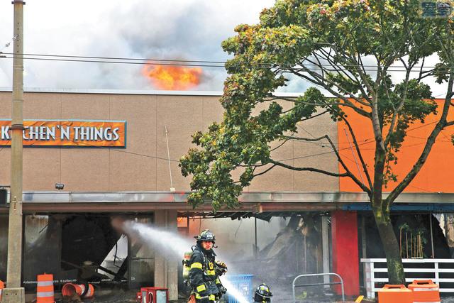 西雅圖巴勒德區大火,消防員全力灌救。美聯社