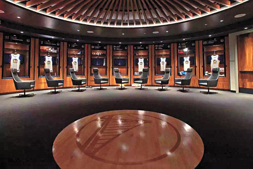 勇士新球館主隊更衣室最中央,是一塊「王朝官地」。網上圖片