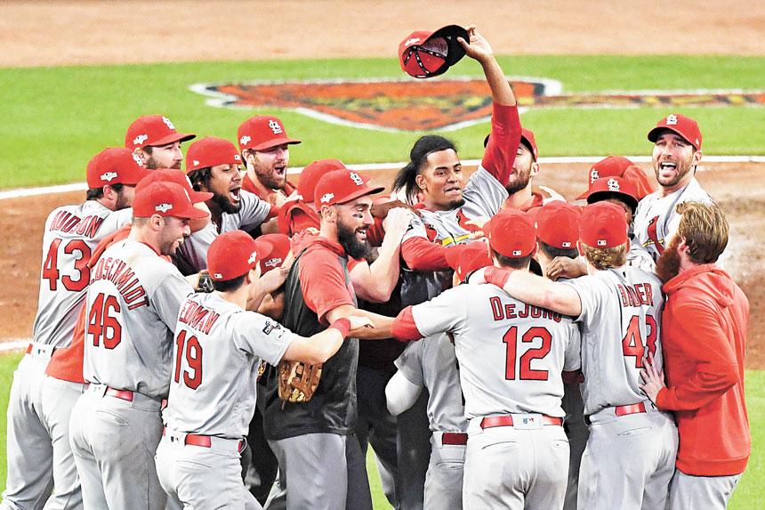 圖為紅雀隊的Genesis Cabrera揮舞著帽子與隊友一起慶祝。美聯社