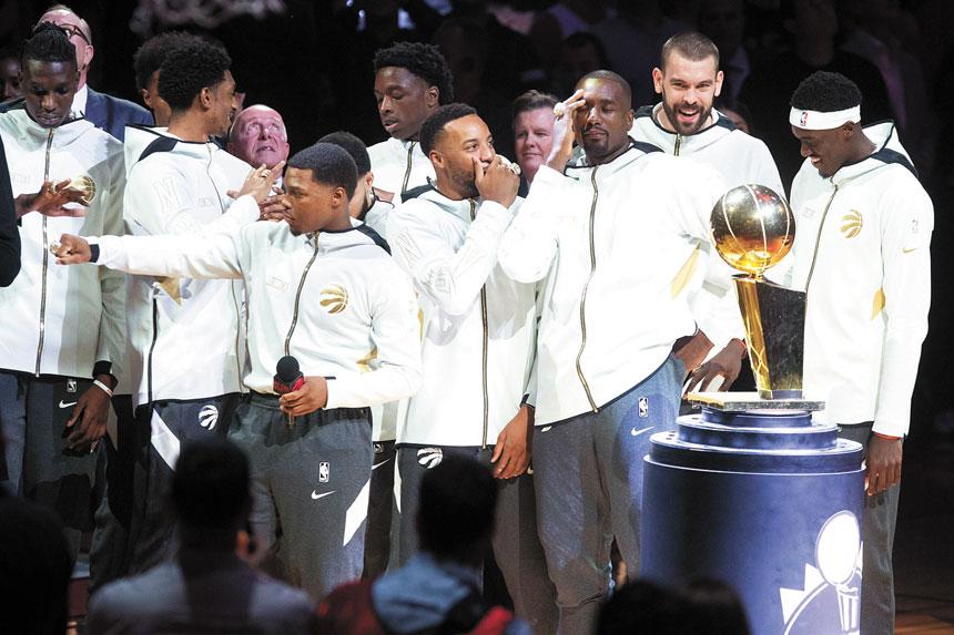 賽前,速龍隊球員獲頒2019年總冠軍戒指後笑逐顏開。美聯社