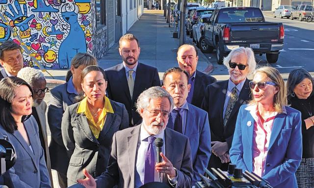 多名州及三藩市民選官員譴責李愛晨廣告牌帶有歧視意味。記者賴漢鈞攝