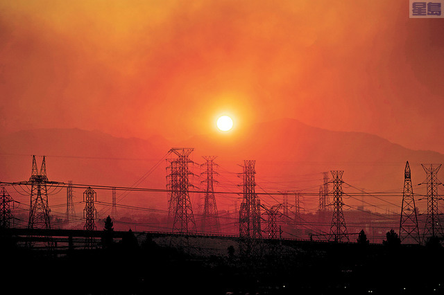 氣象預測灣區本星期將出現高溫、乾燥和強風天氣,增加山火發生風險,圖為本月11日南加Saddle Ridge山火引發煙霧籠罩輸電網。美聯社資料圖片