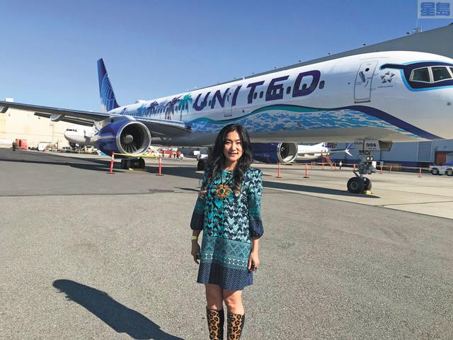 Her Art Here飛機圖案創作者牟宗瑋與自己的作品合影。記者劉玉姝攝