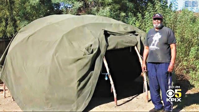 里爾斯與其後院建築的印第安人草屋。電視截圖