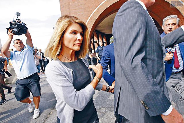 大學招生弊案的檢方將向包括女星勞芙琳(圖)在內的11名家長,加控賄賂罪名。 美聯社資料圖片