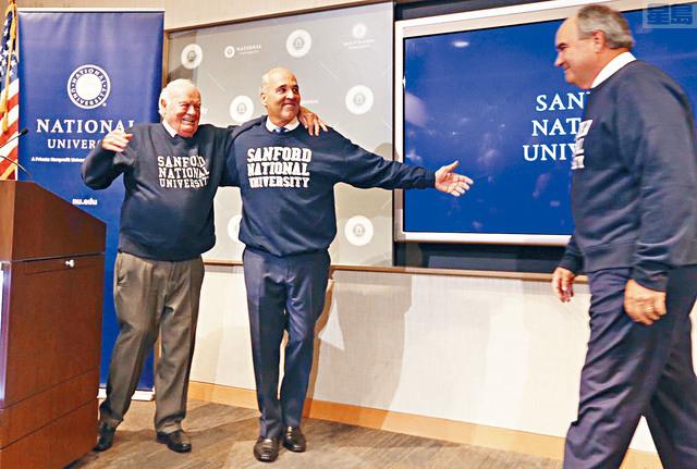 ■南達科他億萬富翁桑福德(左一)向成人大學國立大學捐贈了創紀錄的3.5億美元。    聖地亞哥聯合論壇報圖片