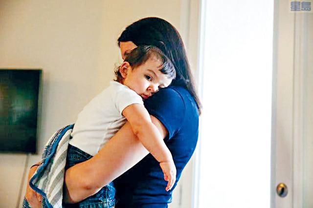 家住休斯敦的約翰遜因未在限期前提交新收入的新證明,連累9個月大的兒子失去「醫療補助」保障。紐約時報圖片