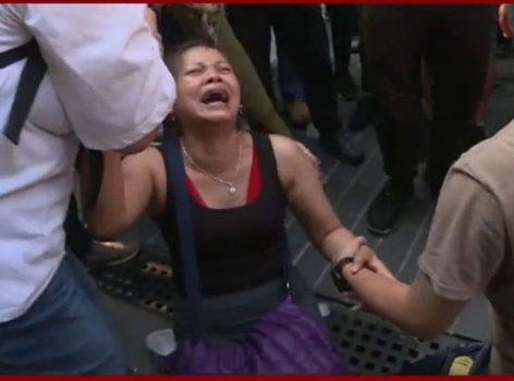 【理大危機】跪地哭求見校內子女  母:如我個女死咗跳樓俾你地睇