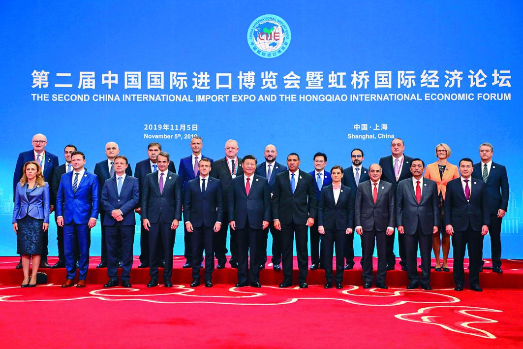 第二屆中國國際進口博覽會昨日在上海開幕,習近平和各國代表合影。