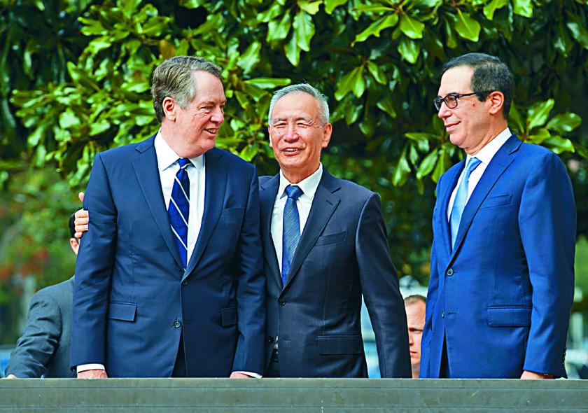 中美將分階段撤銷加徵的關稅。圖為中國副總理劉鶴(中)較早前到美國談判。