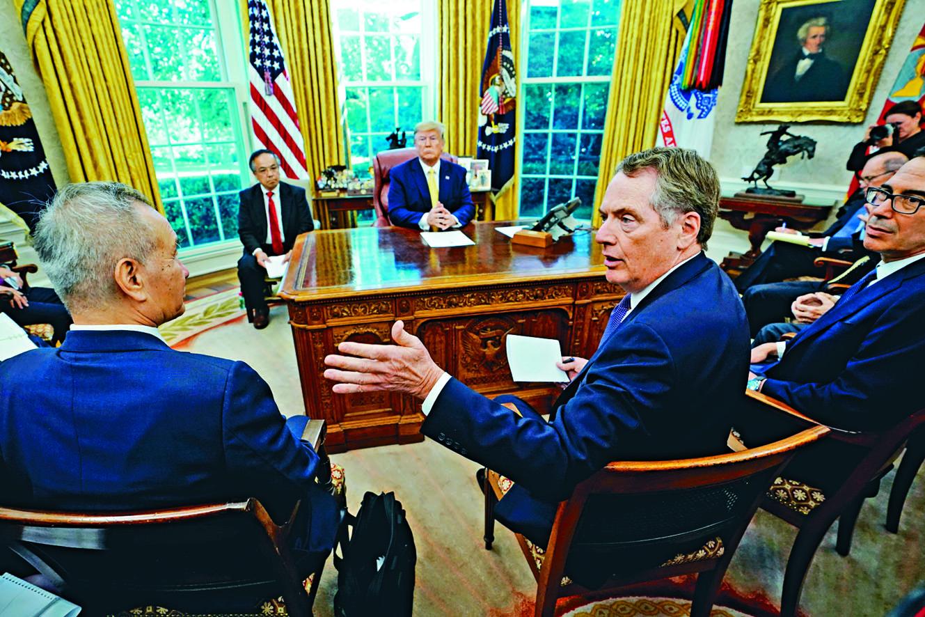 傳白宮內部對於是否取消部分關稅,意見分歧。圖為上月特朗普在白宮會見劉鶴(左)。