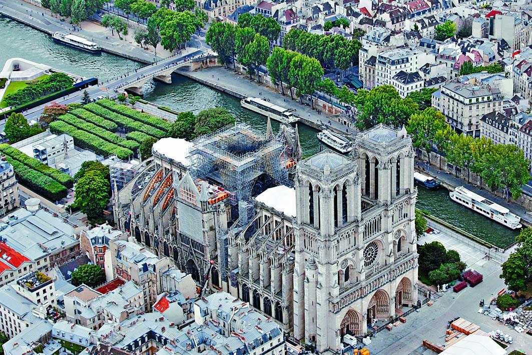 大火焚毀的巴黎聖母院。