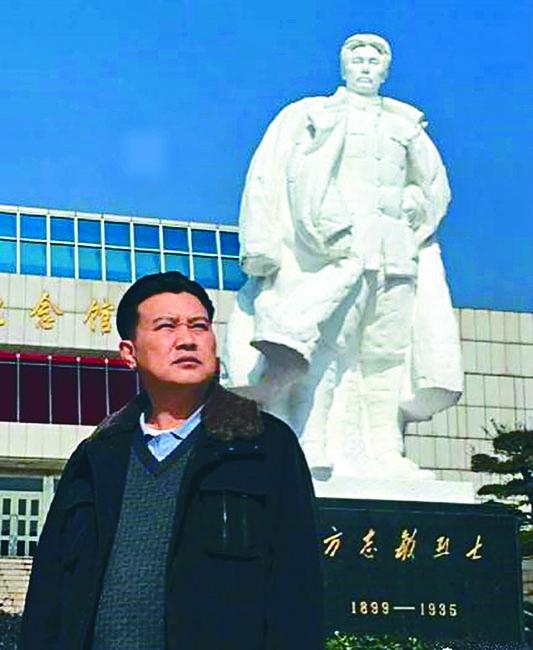 方華清站在方志敏紀念碑前。