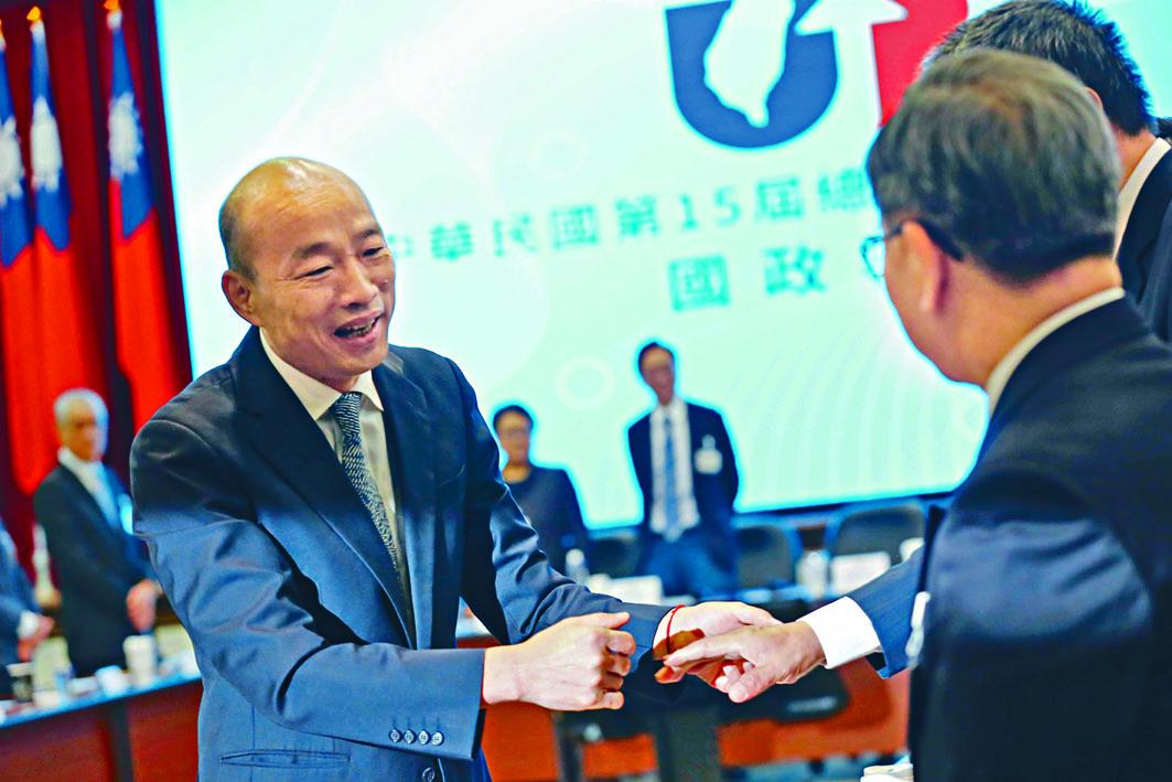 韓國瑜昨天發表國政報告前,與顧問團隊握手。