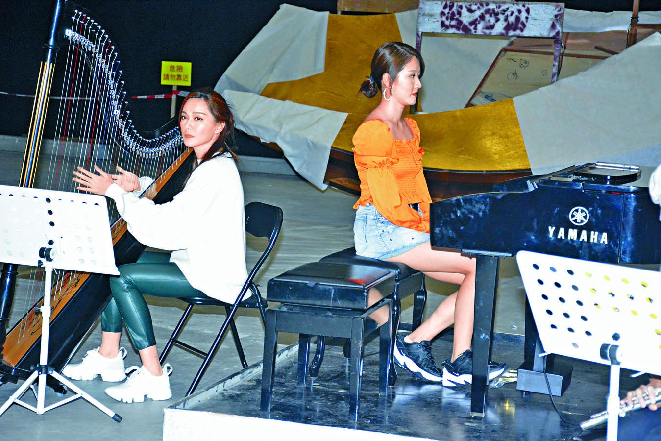 鄧佩儀夥湯洛雯在台慶表演合奏。