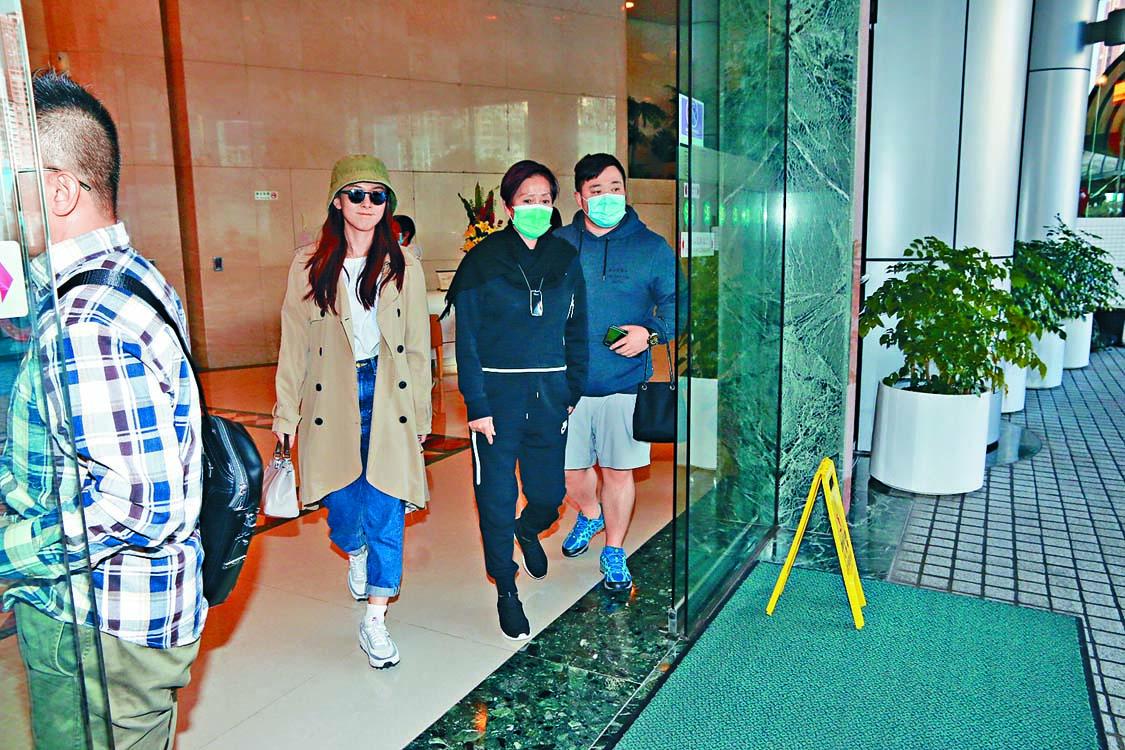 曾國祥負責開車,而太太王敏奕(左)、弟弟曾國猷(右)則陪伴媽媽宋麗華(中)入院檢查。