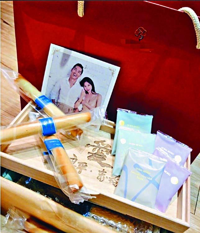 二人昨日公開婚禮禮盒和喜帖。
