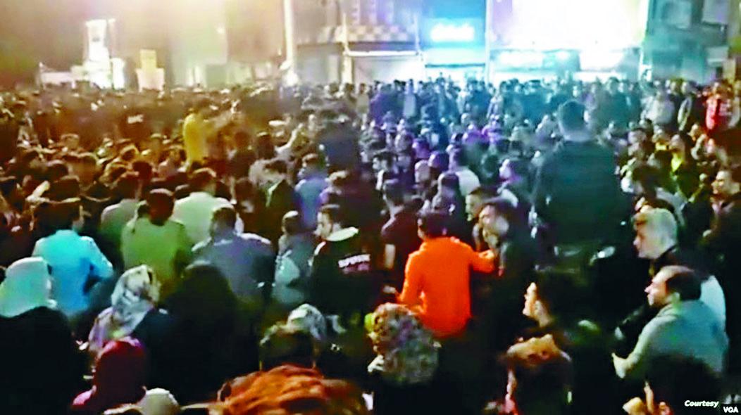 伊朗西南部貝赫貝漢市居民前日在街上靜坐示威。 資料圖片