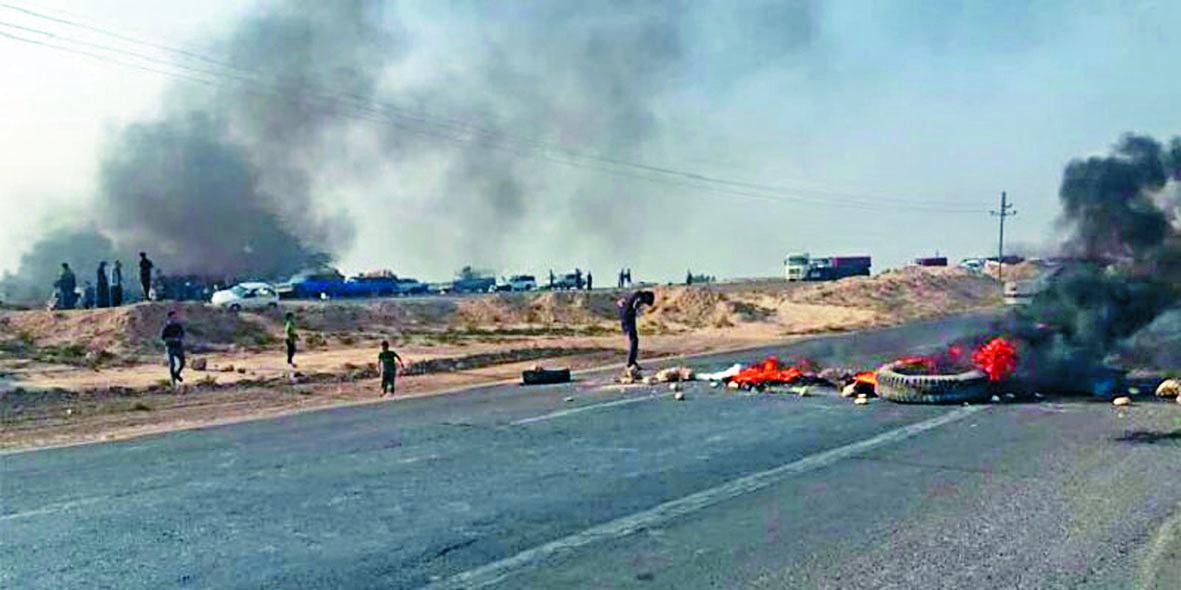 示威者在一條公路 上燒雜物。 互聯網
