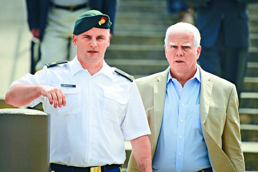 前綠扁帽隊員戈爾斯泰(左)六月在法 院。 資料圖片