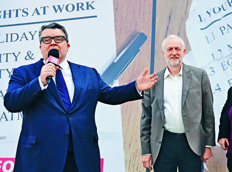 英國工黨副黨魁華德信(左)二〇一六年與郝爾彬出席活動。