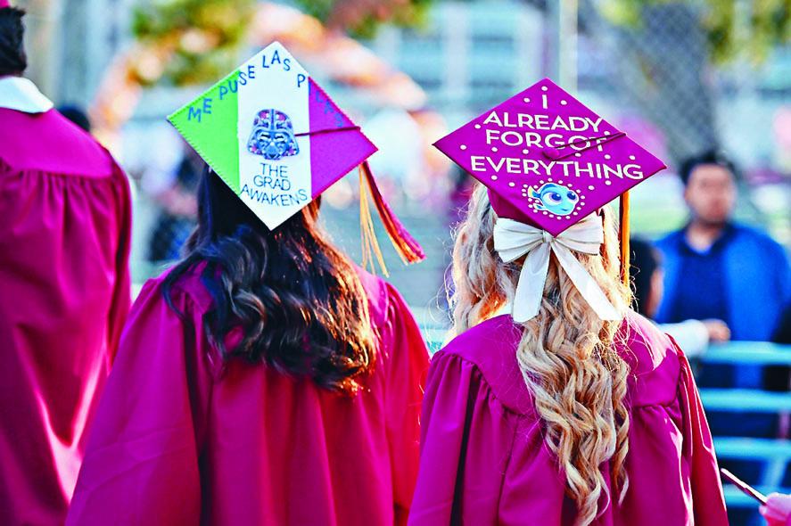 加州一所大學的學生參加畢業禮。