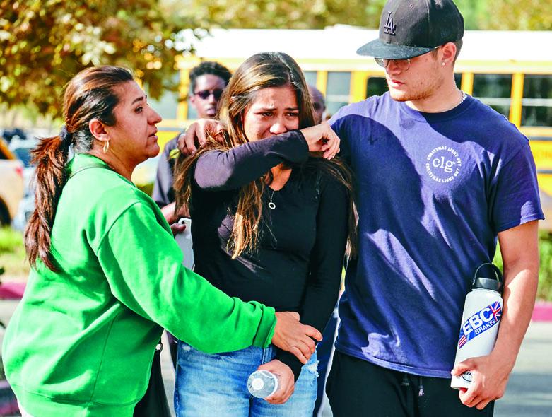 ■因槍擊案受驚的一名女學生。 美聯社
