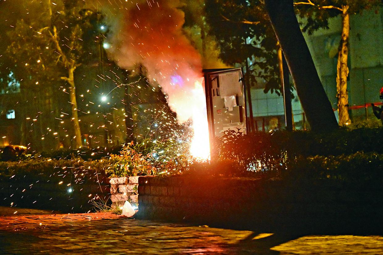 將軍澳尚德廣場外有人焚燒一個變電箱,火勢猛烈。