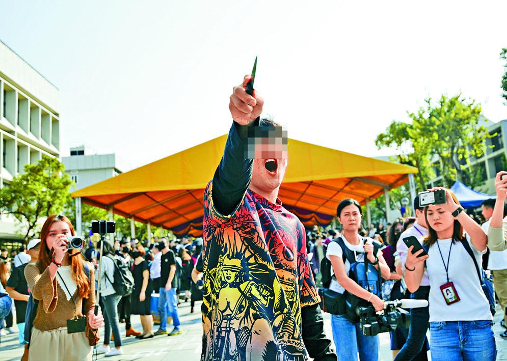 畢業生遊行期間,一名操普通話、自稱中大生的男子持刀指向隊伍。