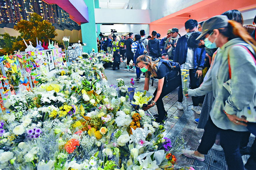 市民獻花擺滿拜祭區。