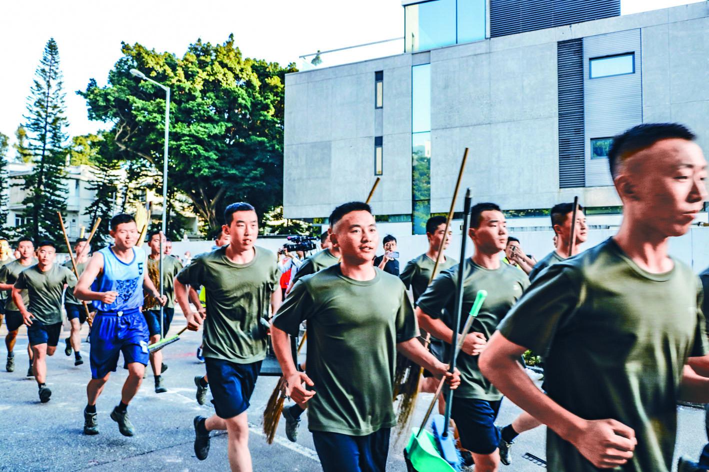 九龍塘駐港解放軍主動義助,協助市民清理路障。