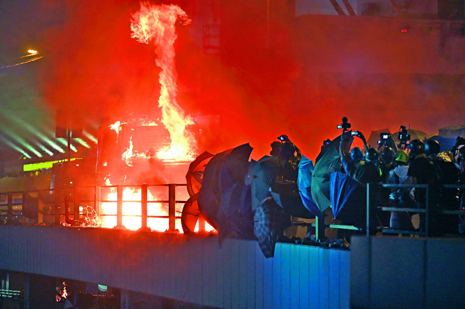 銳武裝甲車遭示威者狂擲汽油彈,車身着火。