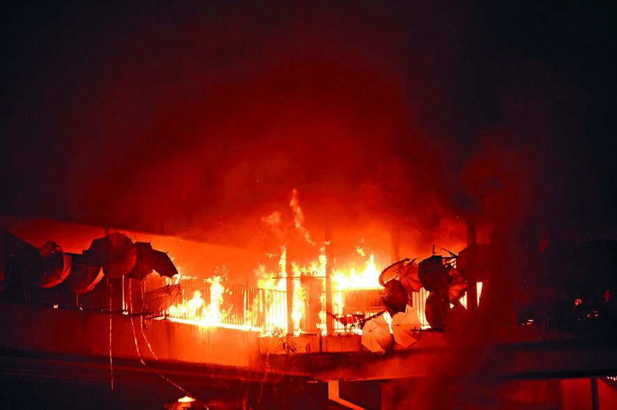 往來理大及紅磡站行人天橋遭擲汽油彈縱火,幾燒通頂。