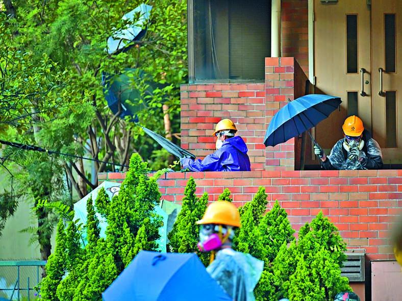 理大內被大批非本校生示威人士佔領。