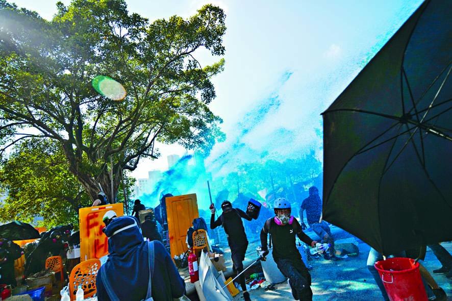 理大門外一批示威者在滿天藍水下,慌忙走避。