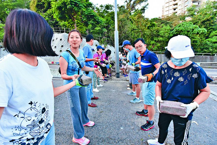 市民排成人鏈移走堵路石磚。