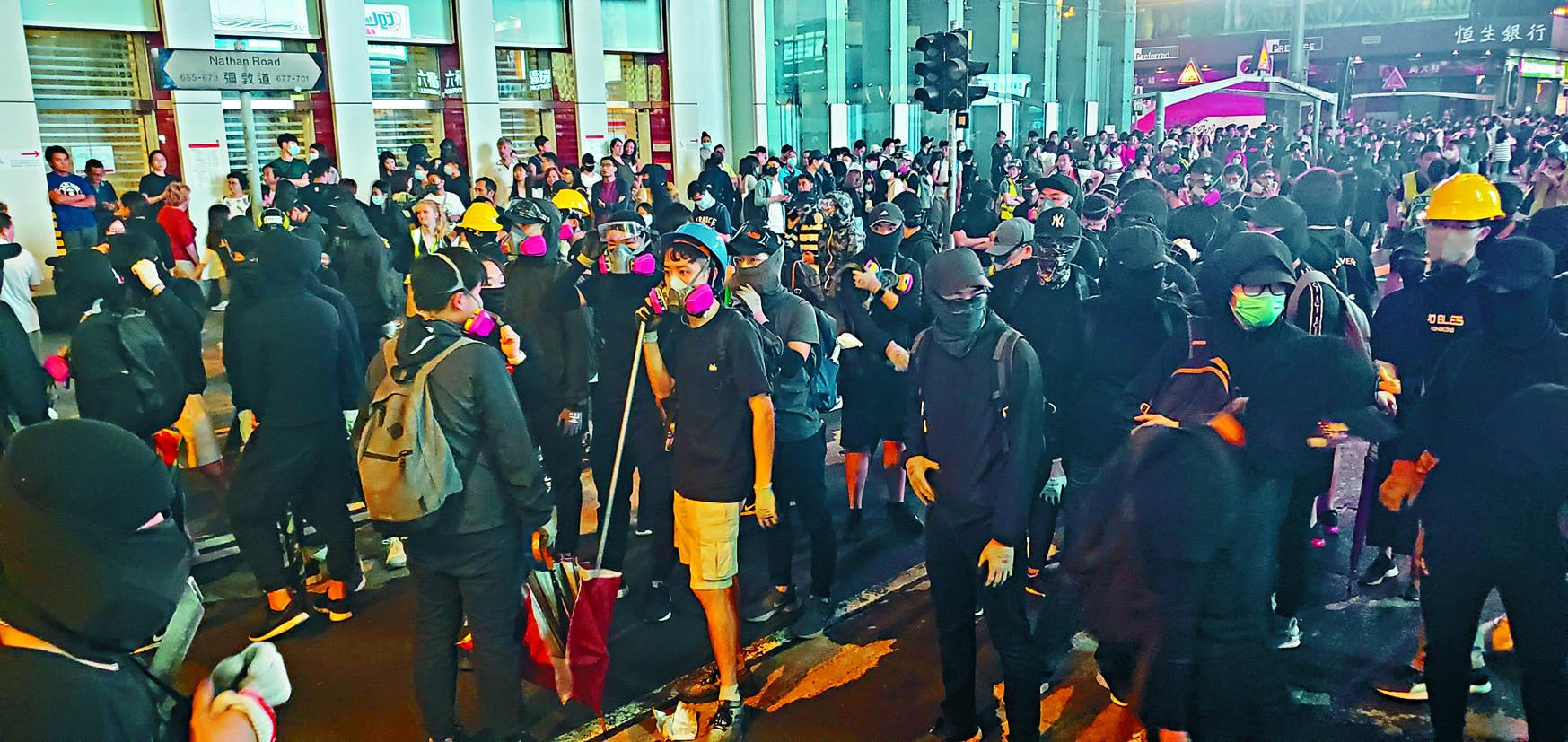 大批黑衣人走出彌敦道行車綫堵路及進行破壞。