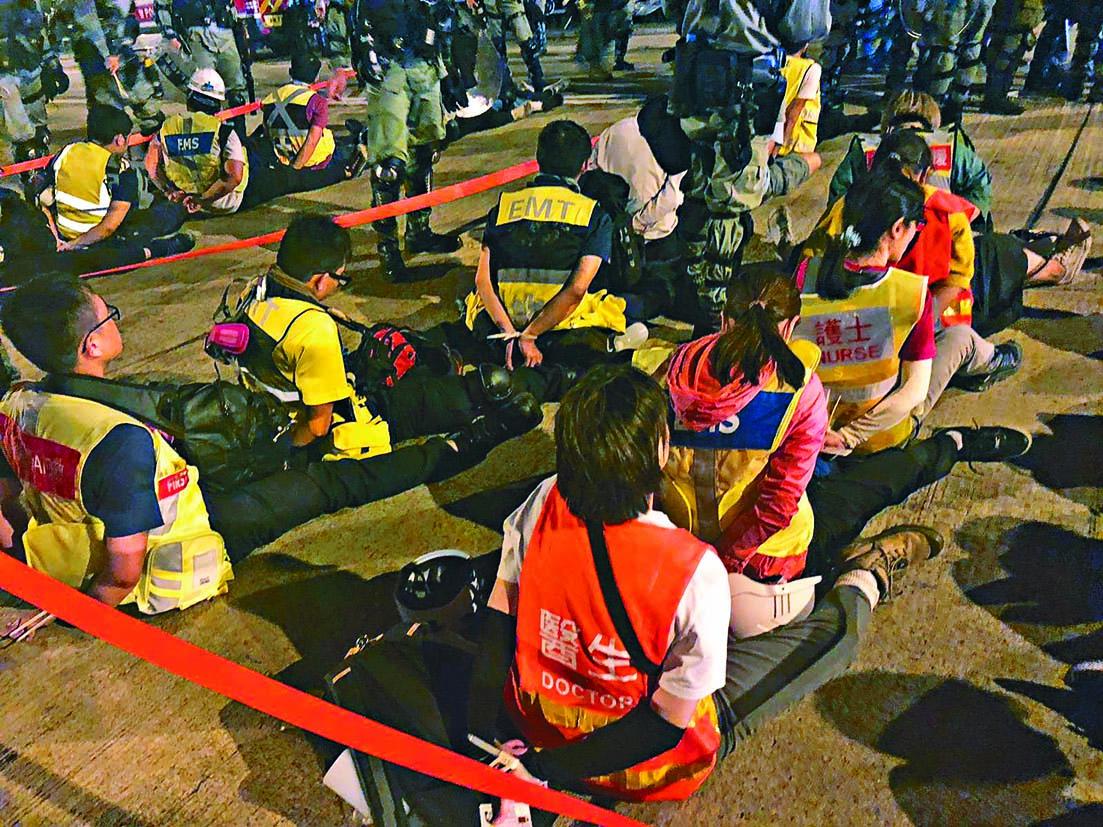 多名身穿義務醫護背心的示威者被拘捕。