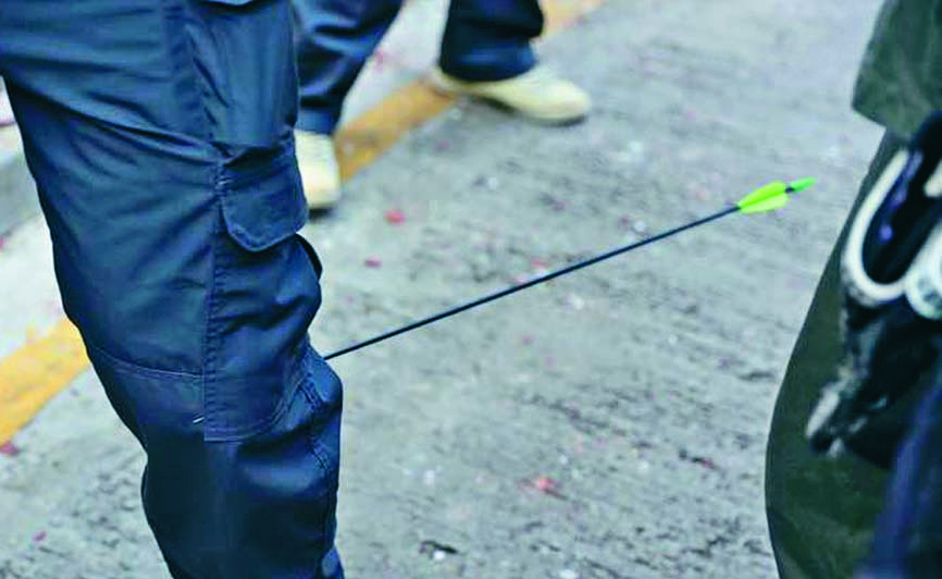 中箭警長左小腿被貫穿。