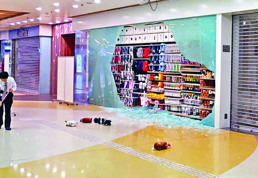再有秀茂坪店鋪遭黑衣人襲擊砸毀玻璃。