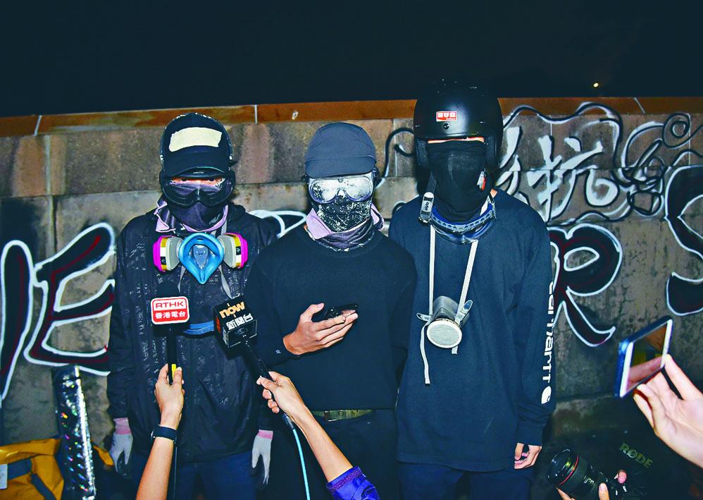 黑衣人日前召開記者會向政府發出「最後通牒」。