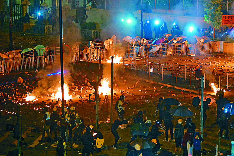 盤踞理大的黑衣人昨晚在漆咸道南狂擲汽油彈。