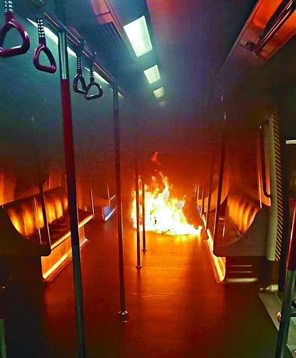 港鐵列車在葵芳站被投汽油彈縱火。