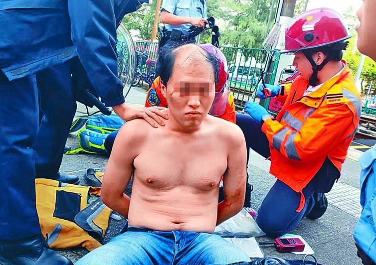 被捕涉案男子亦報稱受傷,救護員替其治理。