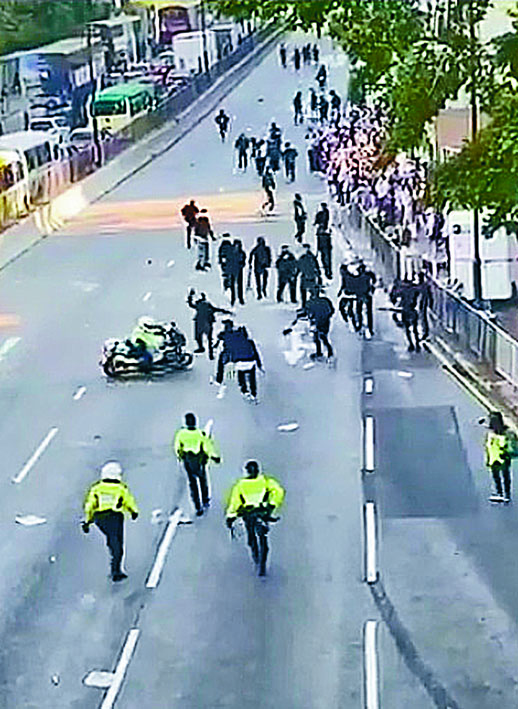 交通警鐵馬追撞一群示威者。