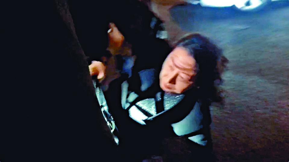 鄭若驊於倫敦出席活動時被示威者包圍,混亂間跌倒受傷。