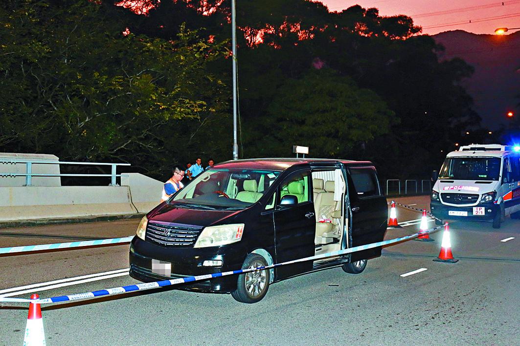 刀手撞停七人車後斬人,警方封鎖現場調查。